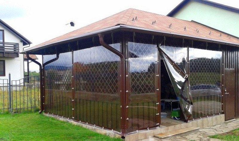 Полностью закрытая беседка шторами ПВХ, защищающими нижние полу стенки
