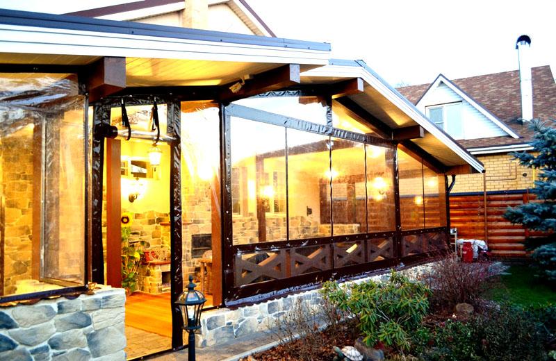 Зона отдыха со стационарным мангалом, остеклённая мягкими окнами, позволяющими сохранять тепло в прохладное время года