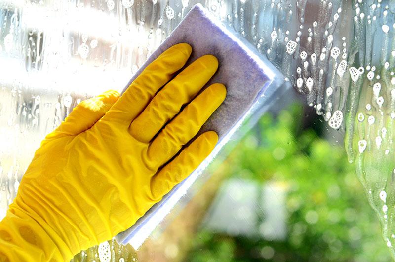 В процессе эксплуатации шторы не требуют, какого-либо особого ухода кроме периодического очищения от загрязнения. Для мытья окон рекомендуется использовать теплую мыльную воду и губку или щетку с мягкой щетиной