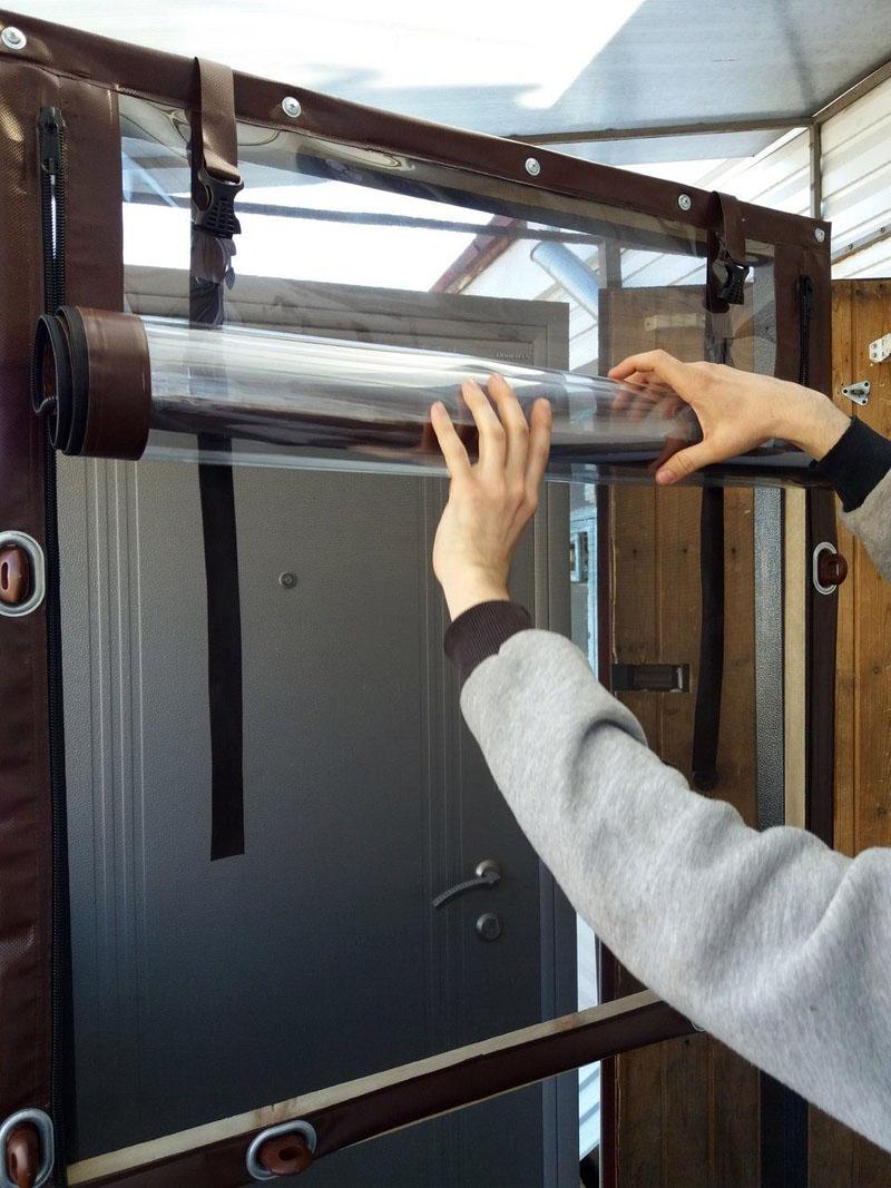Ремни, оснащенные специальными быстро фиксирующими пряжками, крепятся непосредственно к конструкции дверного или оконного проёма