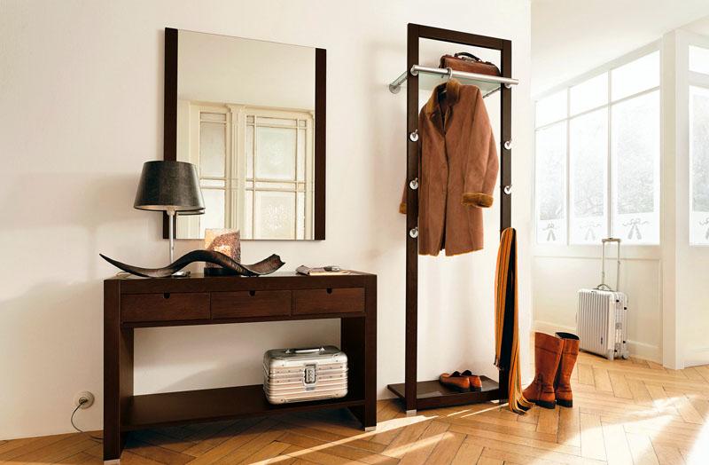 Для квартир с солидным, классическим или современным интерьером подойдут деревянные и металлические стойки, которые вполне подходят в качестве отдельного предмета мебели и дополняют комнату