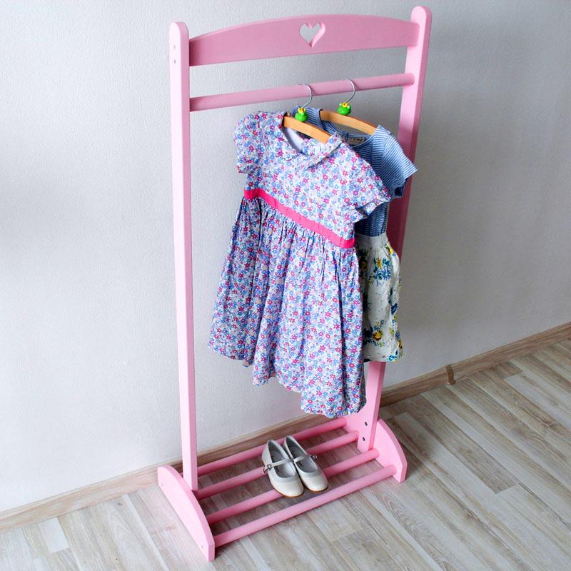 Стойка для ребёнка должна быть в первую очередь не высокой, чтобы он легко мог дотянуться и самостоятельно повесить свою одежду