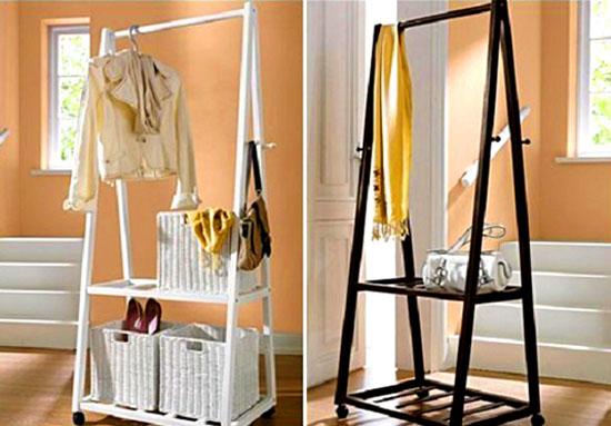 Есть ещё один необычный вариант – использовать две строительные подставки-лестницы и деревянную палку, которая протягивается между ними. Такая вешалка будет отлично смотреться в квартире художника или в стиле лофт