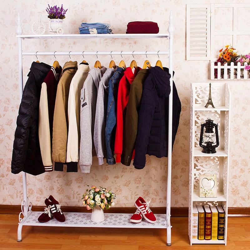 Идеальный вариант для дома – многоуровневая напольная стойка, на которой можно хранить головные уборы, вещи и зонты, а иногда даже обувь