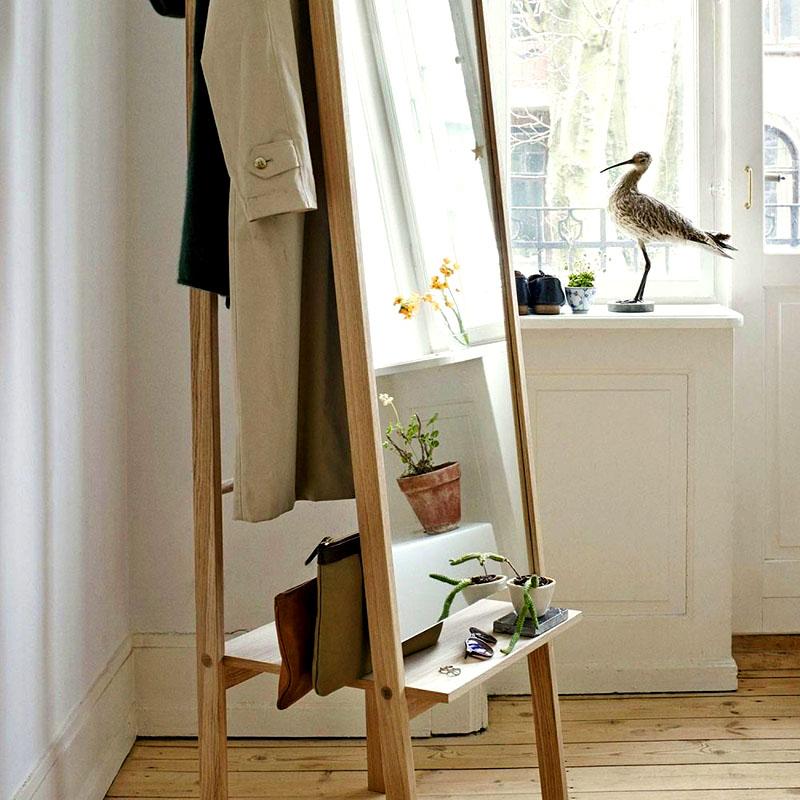 Для гостевой комнаты отлично подойдут гардеробные вешалки с зеркалом. Они освобождают много пространство и являются весьма многофункциональными