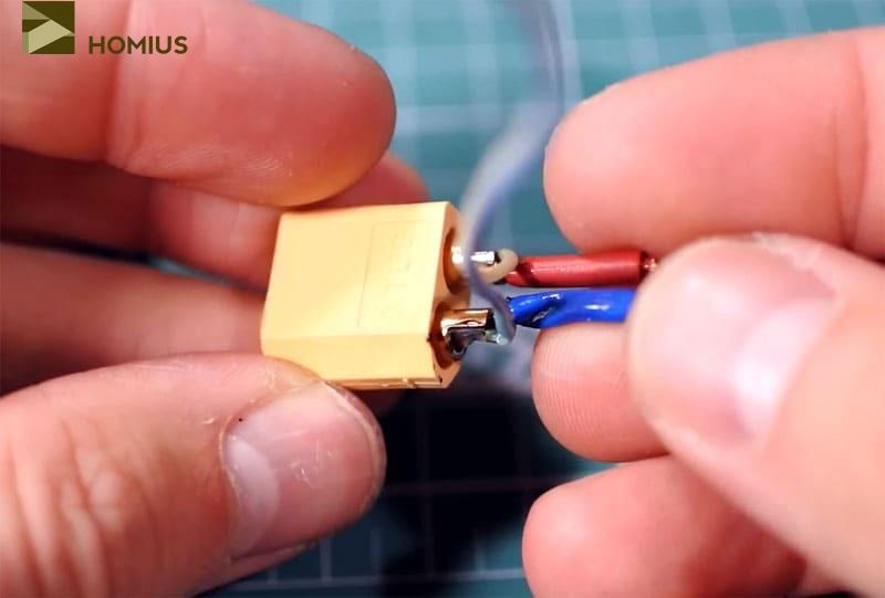 Коннектор с припаянными к нему проводами: более тонкие уходят на ардуино, а короткие и толстые коммутируются с контактами повышающего модуля