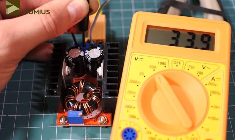При помощи потенциометра необходимо отрегулировать выходное напряжение, приблизив его к 34 В