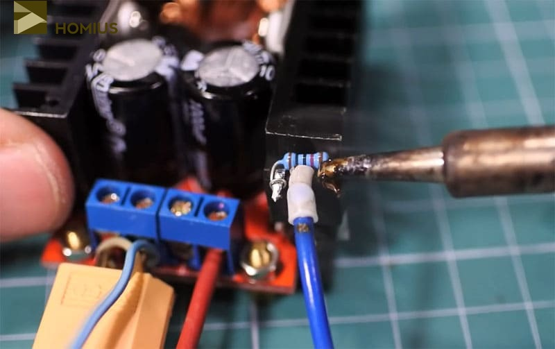 Крайние ножки транзистора соединяются при помощи резистора на 10 кОм