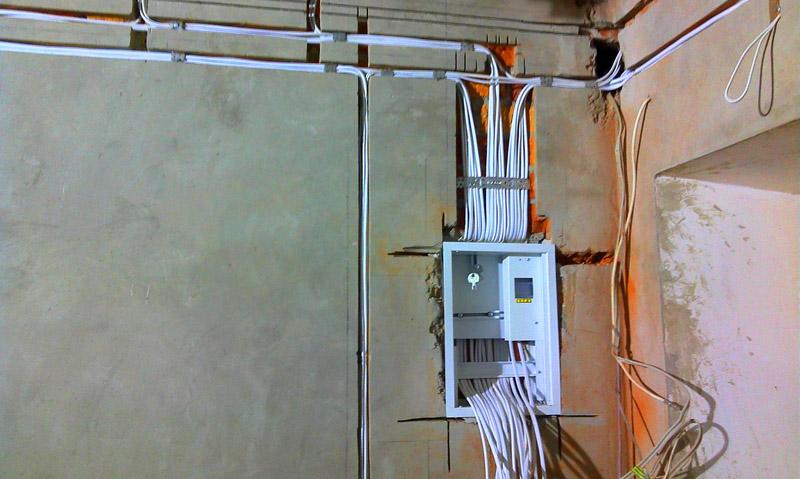 При выполнении электромонтажа, в каналы укладывают провод, устанавливают соответствующие электропиборы, затем каналы замазывают раствором и заклеивают обоями