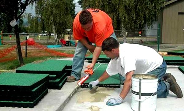 Можно прихватить края плитки строительным степлером, скобы обязательно вынуть после высыхания клеевого состава
