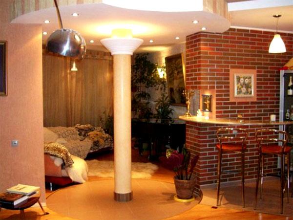 По центру гостиной установлена колонна с встроенным светом в верхней части