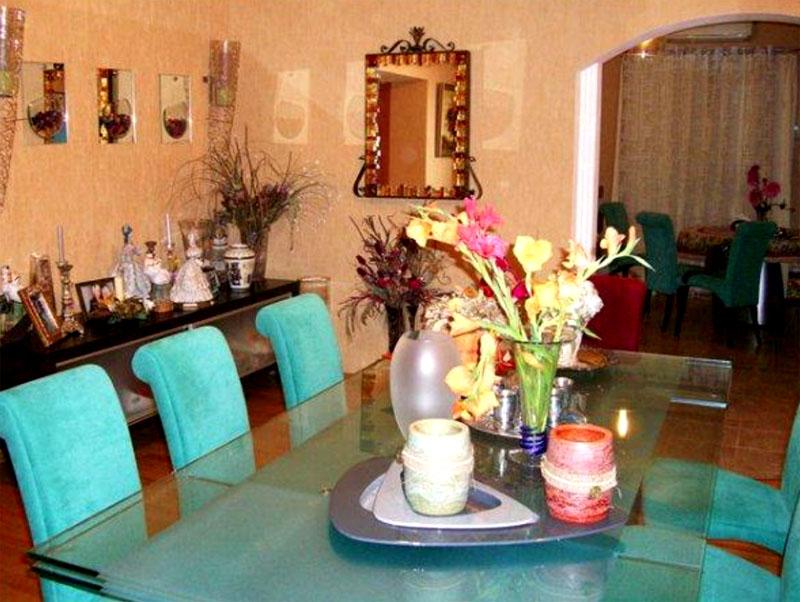 Украшением столовой зоны являются мягкие стулья в цвете тиффани