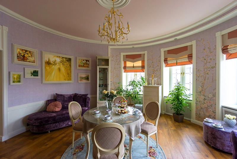 Для оформления гостиной в качестве основного цвета выбран розовый