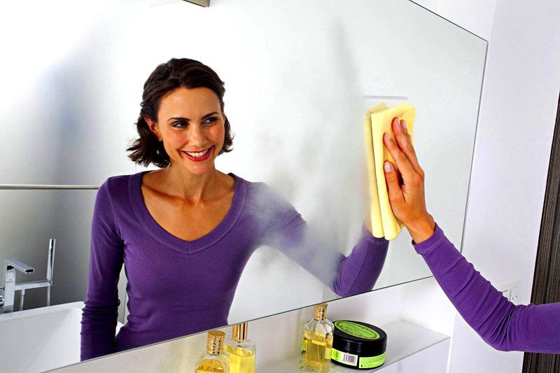 Лучше использовать тряпочку из микрофибры. Крепкий чай поможет надолго избавиться от пятен и грязи