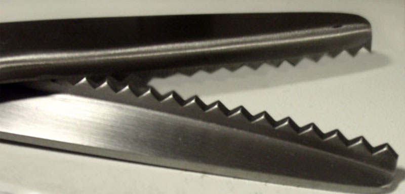 Резать ткань возле швов удобнее зигзагообразными ножницами