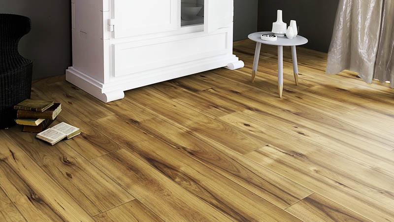 При покупке деревянных панелей, паркета и ламината нужно оценить качество материала максимально точно, чтобы не пришлось перекладывать полы через год