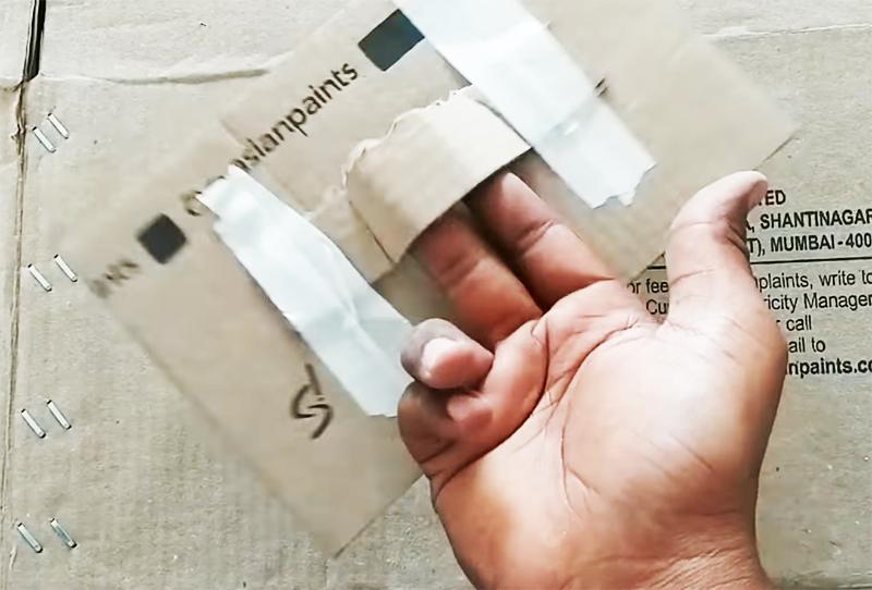 Для плетенки потребуется сделать прямоугольник из картона. Чтобы не пачкать руки, соорудите простую ручку из кусочка картона и скотча