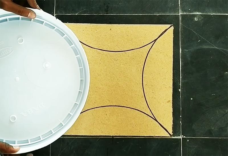С помощью тарелки делаем 4 полукруга с каждой стороны