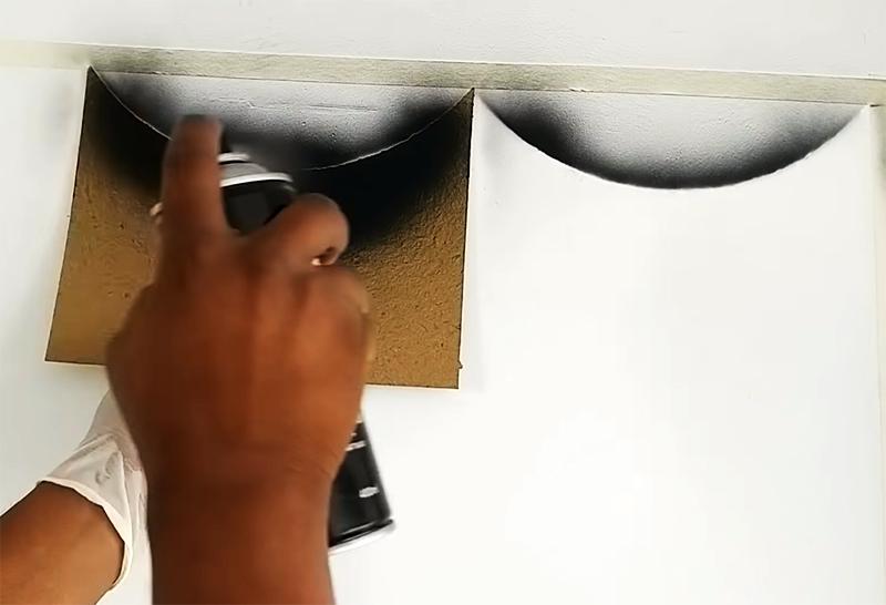 Приложите шаблон к стене и на расстоянии в 7-10 сантиметров покройте край полукруга краской из баллончика