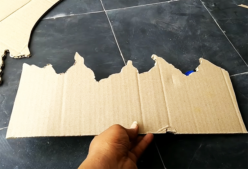 Автор выбрал вот такой незатейливый вариант с острыми пиками и волнистым краем