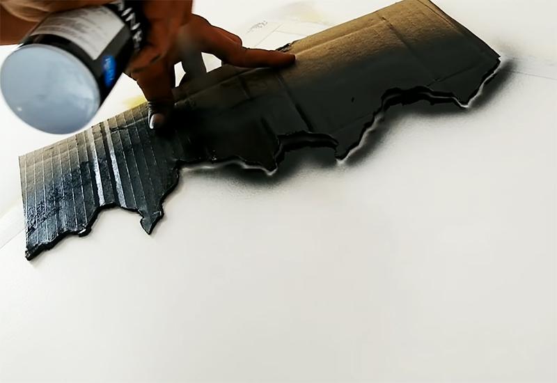 Техника все та же: прикладываем шаблон к стене и контрастным тном покрываем край из баллончика
