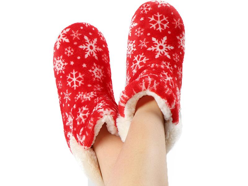 Весёленькая расцветка, а также противоскользящая подошва сделает эту пару одной из самых любимых для отдыха и неги ног