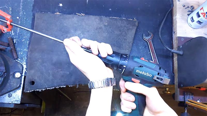Шпилька зажимается в патроне и, при помощи шуруповёрта, выкручивается