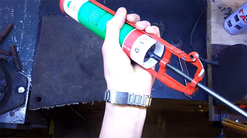 Туба с герметиком на месте, можно приступать к работе