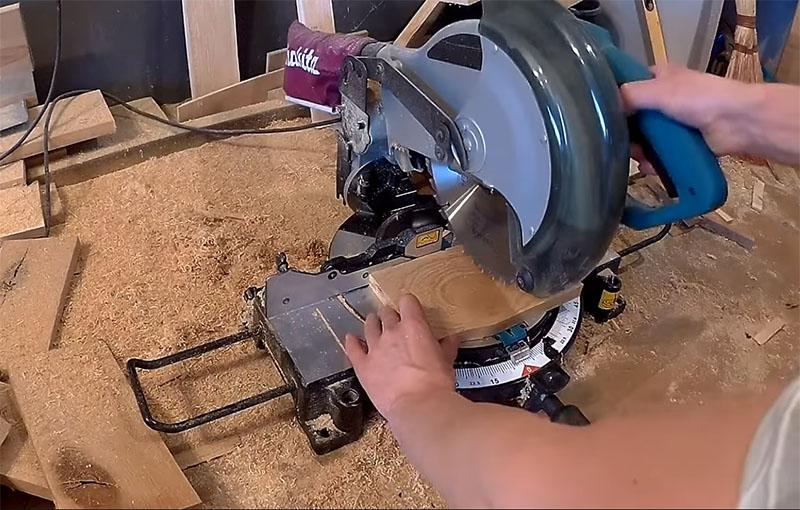 При помощи торцовки можно быстро нарезать остатки досок по размеру