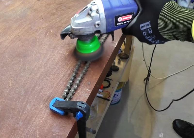 Цепь можно почистить при помощи УШМ со специальной насадкой