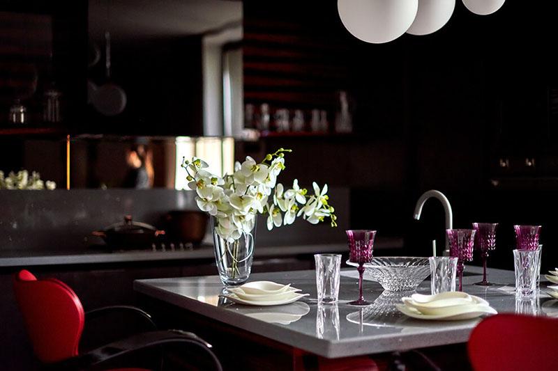 Посуда выполнена из инновационного высокопрочного материала