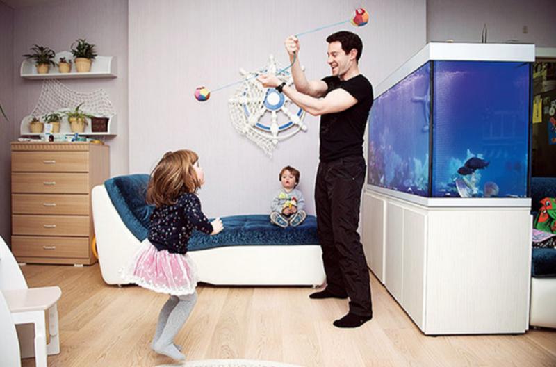 В качестве зонирования в гостиной выступает аквариум, давняя мечта Виктории