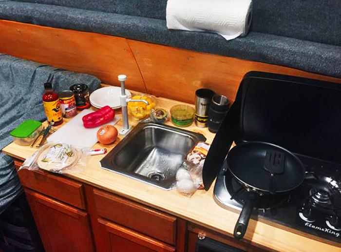 Несмотря на компактные размеры кухни, на ней можно приготовить полноценный семейный обед