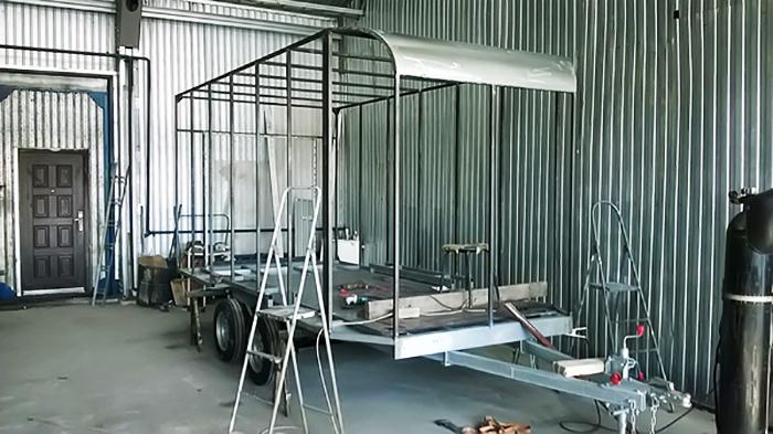 Стены из металлопрофиля обшивают лёгким ДВП, покрывают грунтовкой и закрашивают