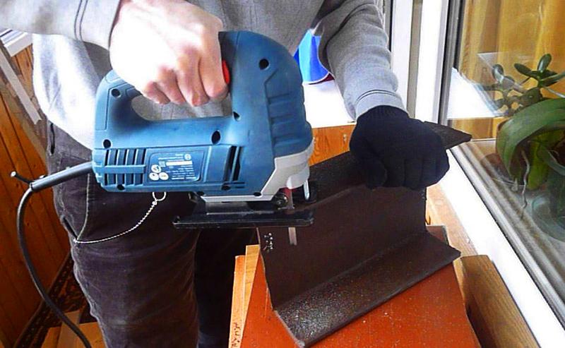 Электролобзик с соответствующим полотном легко и быстро режет металл