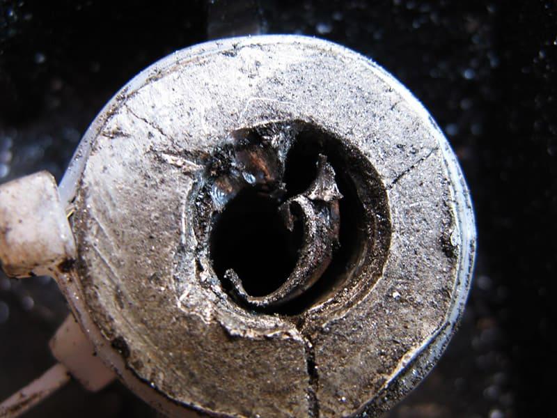 Если вы опытный сварщик, можно попробовать заварить получившееся отверстие либо использовать впоследствии болт большего диаметра