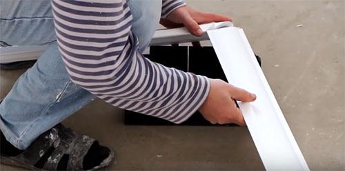 Как клеить потолочный плинтус: советы и инструкция для «чайников»