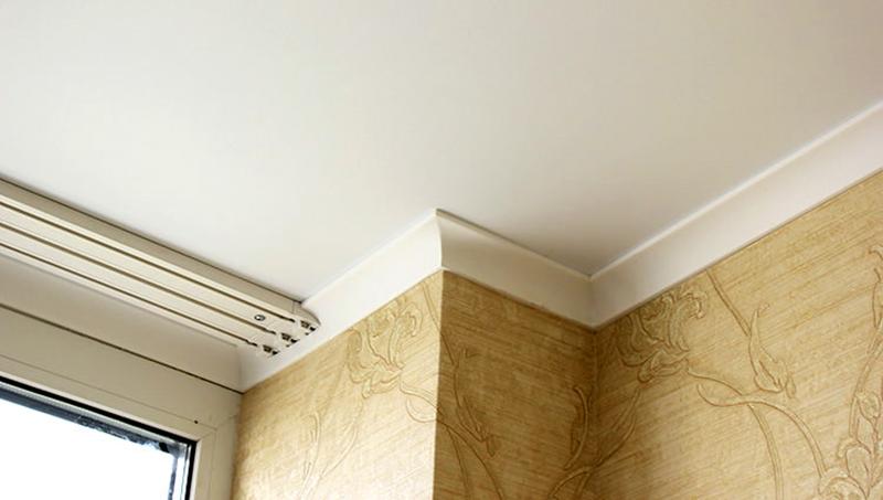 Плинтуса и потолок, выкрашенные в белый цвет, должны быть чистыми