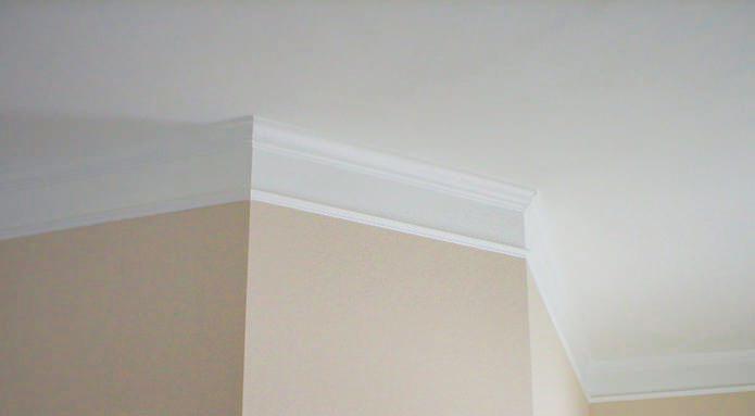 Действенный метод – разложить все детали на полу, замерить длину, и только после этого крепить плинтус к потолку
