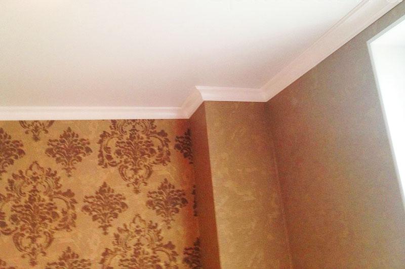 Если углы в комнате разноуровневые, стоит порезать большой плинтус на несколько маленьких частей