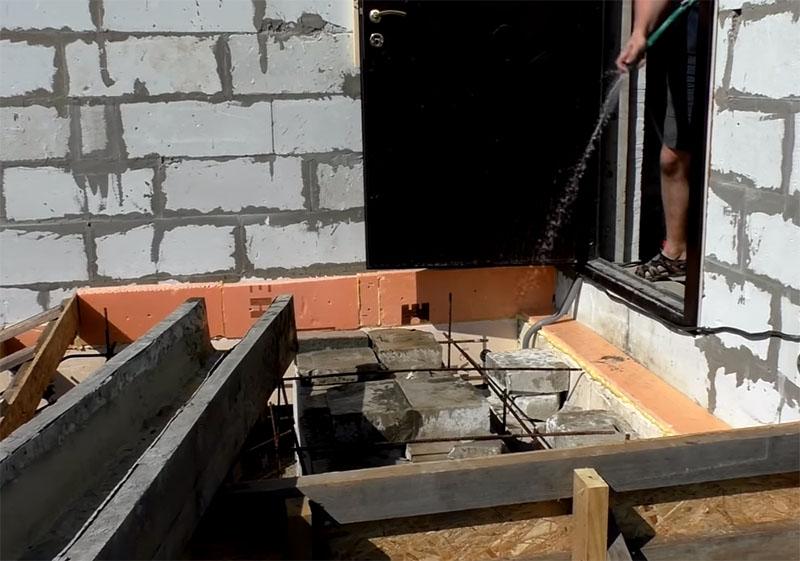 Блоки из газобетона лучше пролить водой из шланга