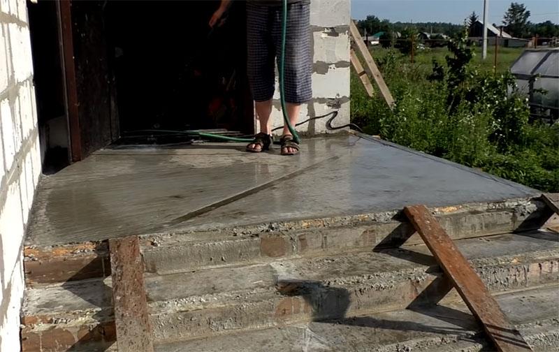 Постоянное поддержание влажности способствует прочности бетона