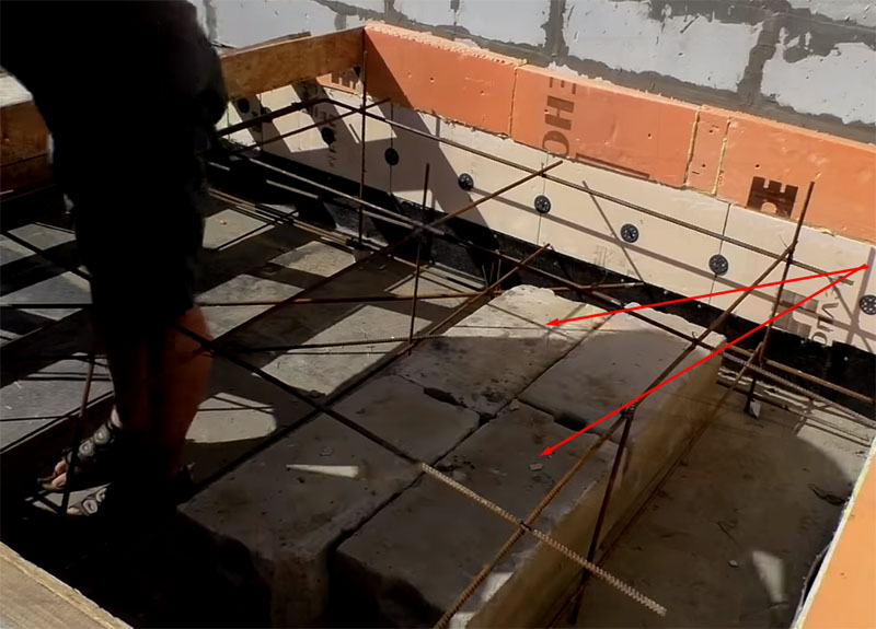 Блоки укладываются между прутьями каркаса
