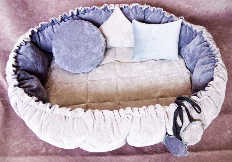 Спальное место можно украсить интересным декором, например, подушечками
