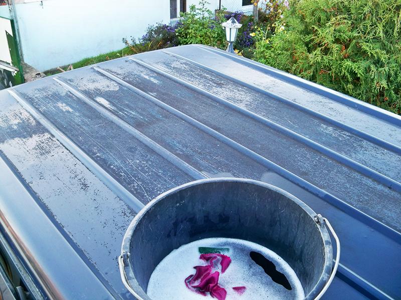 Самостоятельная мойка крыши – довольно опасное занятие