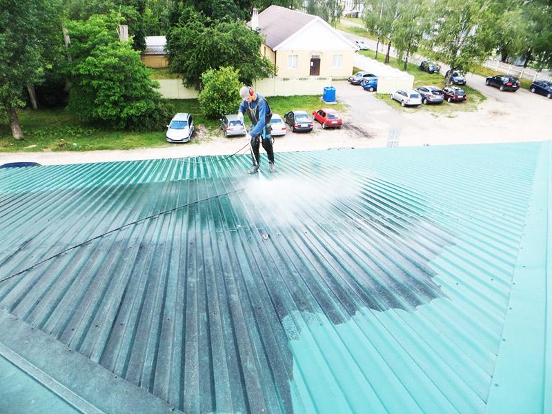 Даже металлические крыши требуют периодической мойки
