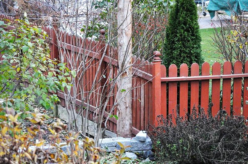 Забор между соседями может иметь любую конструкцию