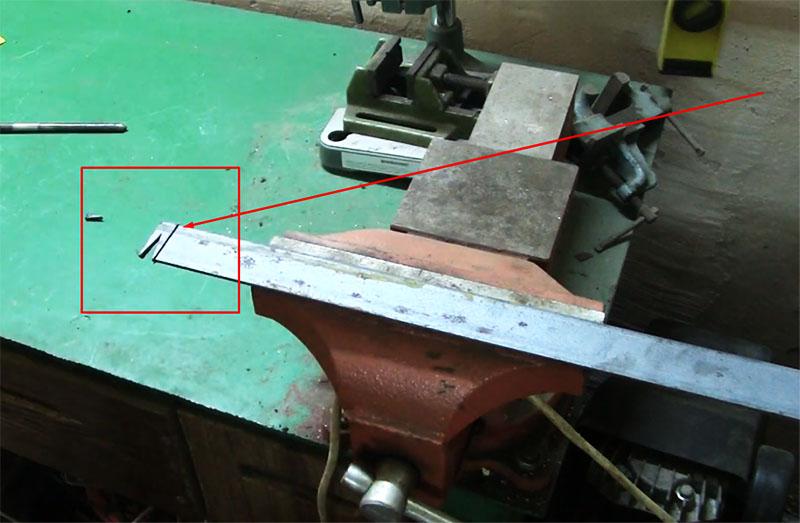 Заготовка рабочей поверхности гвоздодёра – остаётся отрезать вторую грань уголка