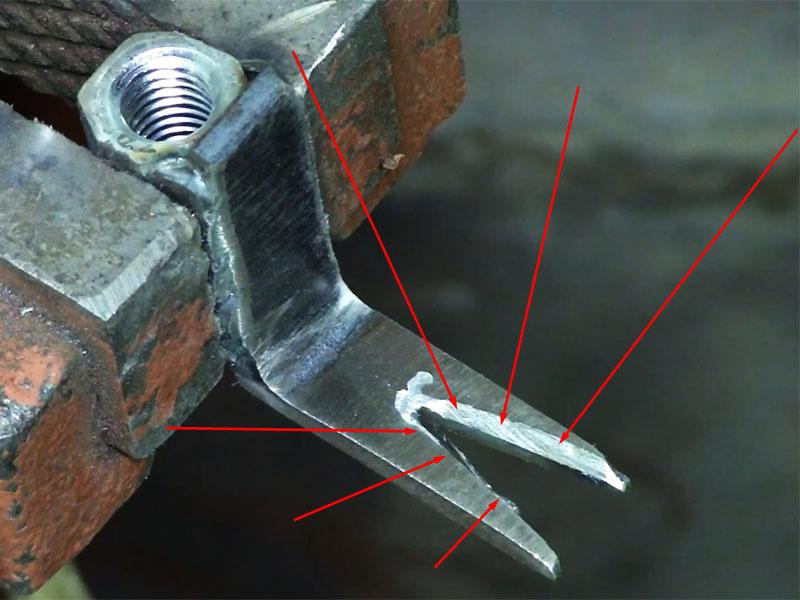 Внутреннюю часть V-образного выреза необходимо сточить под углом, как на обычном гвоздодёре