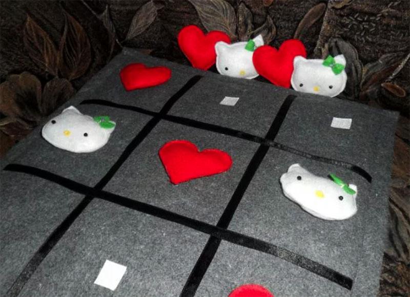 Игру можно оформить даже на декоративной подушке, на которую детали крепятся при помощи липучек<br /> ФОТО: mama.md